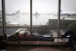 23877A8E00000578-2850314-A_man_sleeps_at_LaGuardia_airport_on_the_day_before_Thanksgiving-79_1417038292172