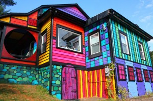 artist-turns-her-new-york-home-into-a-psychedelic-habitat-designboom-04