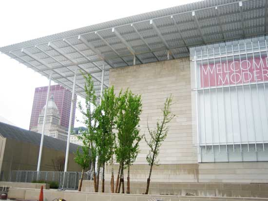 """Renzo Piano's unmagical """"Flying Carpet"""" atop Art Institute of Chicago's Modern Wing Photo by Lee Rosenbaum"""