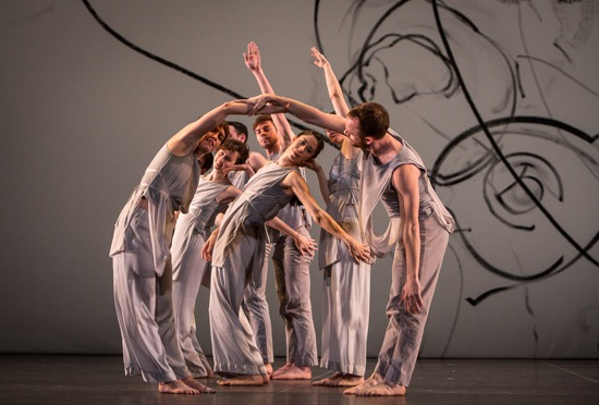 Trisha Brown's Les Yeux et  l'âme. Tamara Riewe center. Photo Yi-Chun Wu