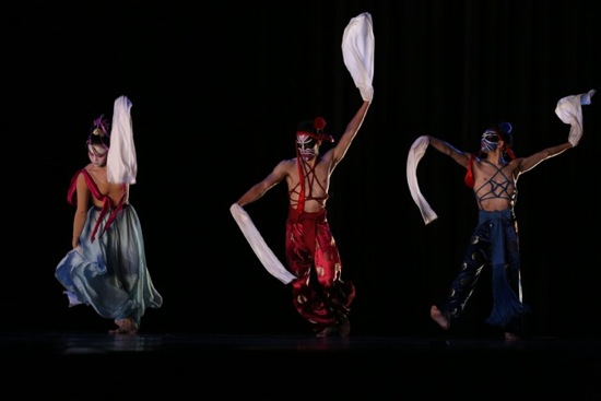 TNUA dancers (L to R) Hsu Tzu-ching, Huang Li-chieh, and Lin Zheng-xin in Lin Hwai-min's Milky Way. Photo: Gregory Yamamoto