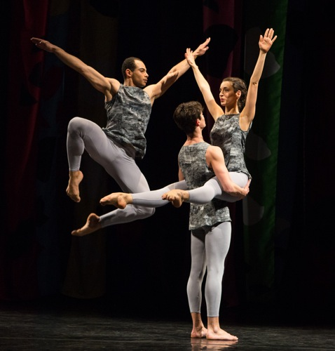 Adrien Mornet in the air; Alexandre Tondolo holds Flora Rogeboz. Photo: Yi-Chun Wu