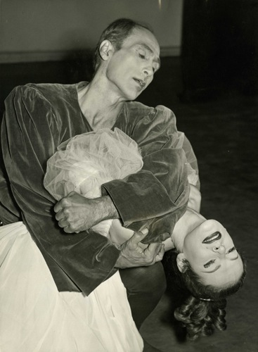 José Limón and Betty Jones in the final moments of The Moor's Pavane. Photo: Barrat