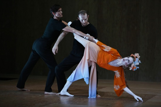 Wendy Whelan and puppeteers Leah Hofmann and Rowan Magee in Hagoromo. Photo: Julieta Cervantes
