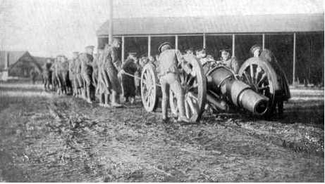 Royal Artillery gun crews and Howitzers WWI at Lydd [Bill Hyde collection].