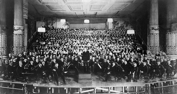 Philadelphia_Orchestra_at_American_premiere_of_Mahler's_8th_Symphony_(1916)