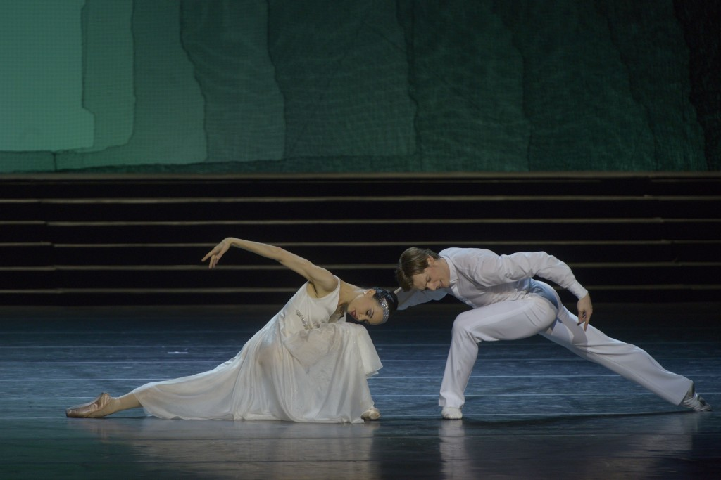 Cinderella (Diana Vishneva) dances with the Prince (Shklyarov). Photo: V. Baranovsky