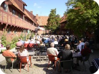 Per Helsas Gard courtyard crowd